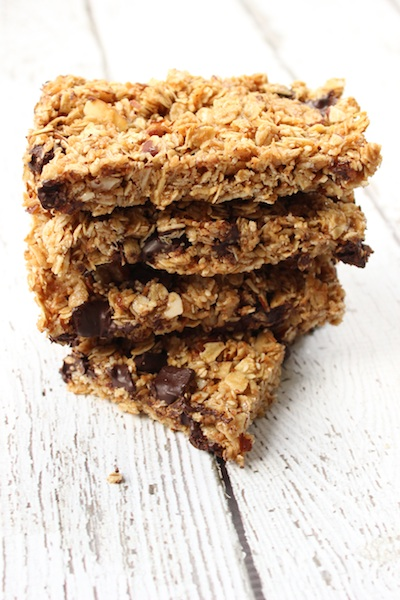 Chewy Sesame Granola Bars with Tahini and Dark Chocolate Chunks are easy to make and are perfect for breakfast or an afternoon snack| www.tastyoasis.net