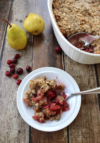 Pear and Cranberry Crisp with Gingersnaps, Oats and Almonds is a perfect Thanksgiving dessert or brunch dish served with greek yogurt| www.tastyoasis.net